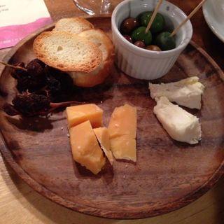 チーズやオリーブ盛り合わせ(リカーリカ (Osteria Bar Ri.carica))