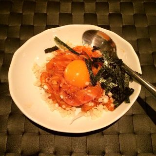 サーモンのハイカラユッケ(Dining&Bar to.to )