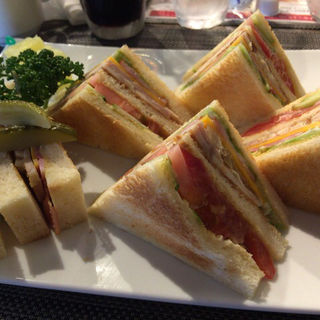 クラブハウスサンドイッチ (ローストチキン) サラダ、スープ、ドリンク付き