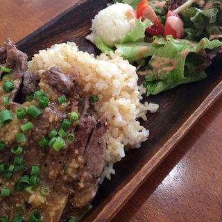 ビーフステーキ丼(ビッグアイランドカフェ (Big Island Café))