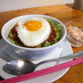 ピリ辛肉みそ丼(ヘキサゴンカフェ)