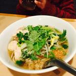 クイティオ  ガイ ( タイ醤油スープの鶏肉•魚団子入りフォー)(チョークディー )