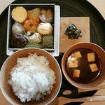 【一休限定の組合せ】三種のお刺身と、小鍋仕立の寄せ鍋を合せたランチセット