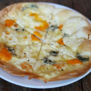 チーズのピザ(コッタボス (Kottabos))