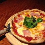 生ハムととろけるチーズのピザ