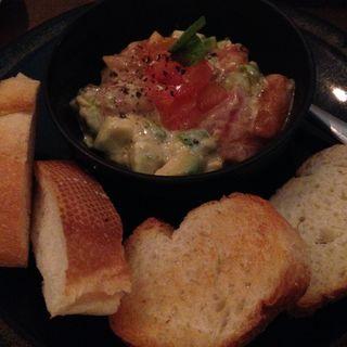 鮮魚とアボカドのタルタル(Dining&Bar to.to )