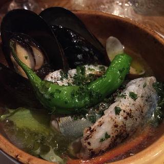 ムール貝と魚のアヒージョ(オステリアラリベラ (Osteria La libera))