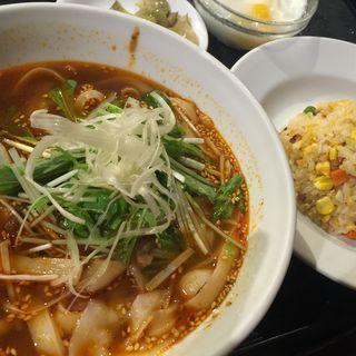サービスラーメンセット(ラーメン+丼(日替わり)、漬物、杏仁豆腐)(猪八戒 千駄ヶ谷店 (チョハッカイ))