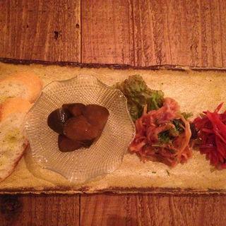 キャロットラペ、切り干し大根のジェノベーゼ、ピクルスの前菜(ハルクッチィ (harukucchii))