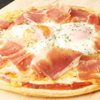 生ハムと半熟卵のピザ(B24 (ビートゥーフォー))