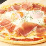 生ハムと半熟卵のピザ