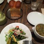 ランチのパンとサラダ