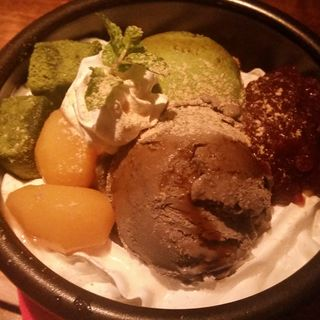 黒ゴマアイスと抹茶わらび餅のkawaraパフェ(kawara CAFE&DINING 恵比寿 (カワラ カフェアンドダイニング))