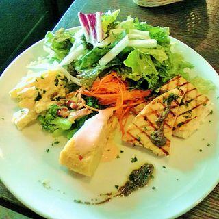カジキマグロのグリルのタプナードソースと色々野菜のワンプレート(Tocci (トッチ))
