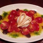 """水牛の""""モッツァレラ""""とトマトのカプレーゼ 白いバルサミコとオリーブのソース"""