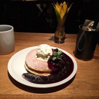 ブルーベリーコンポートとホイップクリームのバターミルクパンケーキ(crisscross (クリスクロス))