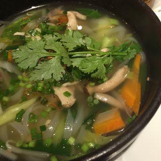 ベトナム風蒸し鶏とたっぷり野菜のフォー(MANGROVEお台場ヴィーナスフォート店)