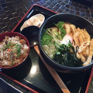 日替わりランチセット(おろしきつねうどんx炊き込みご飯)(うさぎおうどん )