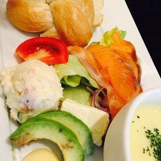 自家製ベーグル スモークサーモンとクリームチーズ(カフェ・ア・ラ・ティエンヌ (CAFE A LA TIENNE))
