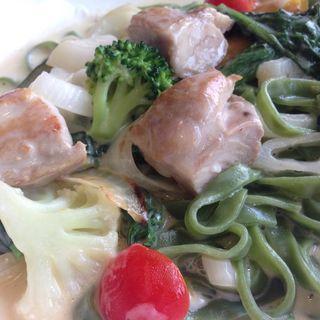 チキンと野菜のチーズクリームフェットチーネ(ジョリーパスタ 大東店 )