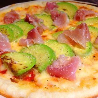生ハムとアボカドのピザ