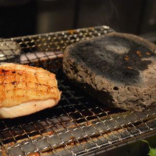 徳島県阿波尾鶏 地鶏モモ燻煙焼(肉ダイニング まーさん )