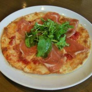プロシュートとルッコラのピザ(Trattoria Vino)