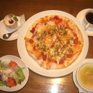 ベーコンとアンチョビのピザ(Trattoria Vino)