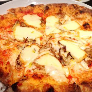 舞茸とモッツァチーズのトマトソースピッツァ(カプラチッチョ 自由が丘店 (Capra Ciccio))