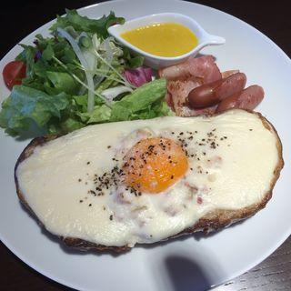 もちもちパンとホワイトソースが絶品『クロックマダム』(コンプリアーノ (COMPLEANNO))