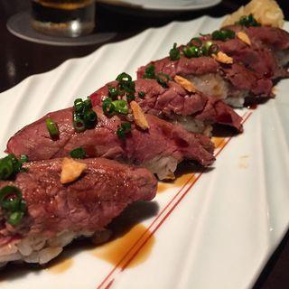 仙台牛の炙り寿司(折衷Barシヅクトウヤ (セッチュウバー シヅクトウヤ))