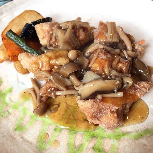 週替わりランチ 鶏唐揚げ和風ソース。サラダとライスと今週のスープが付いて980円。トマトのスープ美味しかった