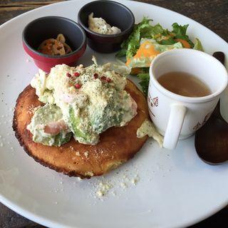 えびとアボカドのパンケーキ(カフェ パンプルムゥス 仙台 (Cafe Pamplemousse))