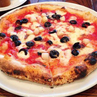 帆立貝柱とオリーブとアンチョビのピザ(パッパーレナポリ 品川店 (PAPPARE NAPOLI))