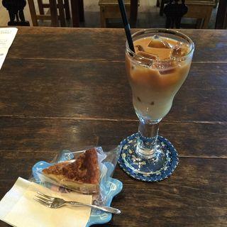 アイスカフェオレとカボチャのケーキ(風の沢ミュージアム ショップアンドカフェ (カゼノサワミュージアム SHOP & CAFE))