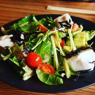 海老・アボカド・豆腐の贅沢サラダプレート(OBU CAFE (オブカフェ))
