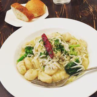 日替わりランチ  自家製ニョッキ しらすとブロッコリーの白ワインバターソースのニョッキ(カフェ バスティーユ (Cafe Bastille))