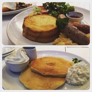 バジルソーセージとチョリソー スクランブルエッグのフレンチトースト(バター 淀屋橋 (Butter))