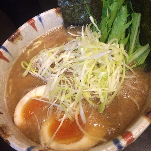 特製豚骨魚介 麺は細め。こってりしてる中にも魚介出汁がよく効いていておいしい。