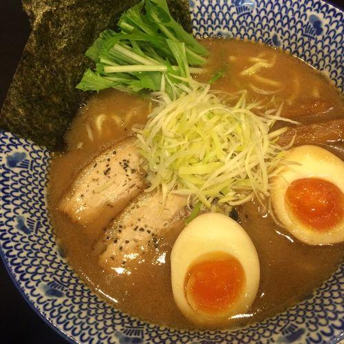 新味 魚介豚骨〜中太麺〜 魚介の出汁が効いててうまい。中太麺にスープが絡んでおいしい。味玉の黄身の半熟具合もちょうどいいです。