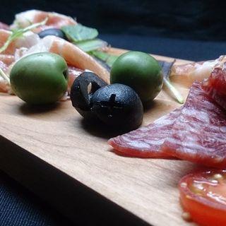 生ハムサラミオリーブの盛り合わせ(Wine&Dining 蔵人 )