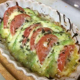 アボカドとトマトの焼きカプレーゼ(バー ディオベスティア (bar dio bestia))