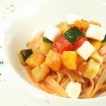 モッツアレラチーズと野菜のパスタ
