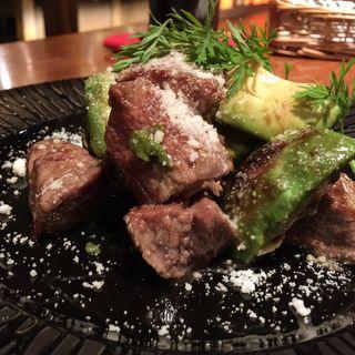 アボカドと牛肉のサイコロステーキ(イチズ (REAL NETA DINING ICHIZ))