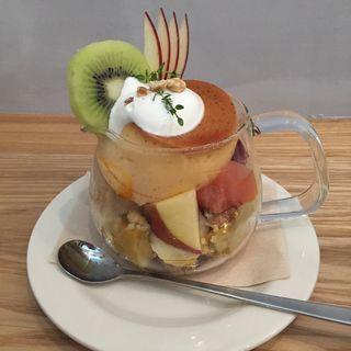 紅茶とりんごのパフェボウル(スリーリトル バーズ カフェ (THREE LITTLE BIRDS CAFE))