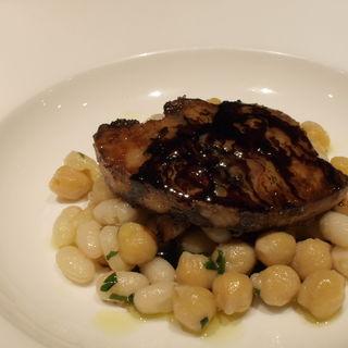 フォアグラのソテー バルサミコソース 北海道産白いんげん豆とひよこ豆添え(オルティージャ (ORTIGIA))