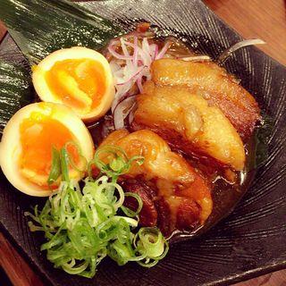豚あご肉の角煮と半熟玉子(山内農場 飯能北口駅前店 )