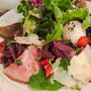 オニオン赤ワイン煮とターキーハムと赤卵のガレットセット(カフェラカンドエトセトラ (CAFE Luckand Et cetera))