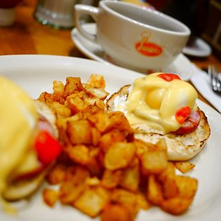 Eggs benedict with the hollandaise on the side(JUNIOR'S RESTAURANT)