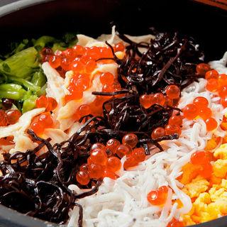 季節の炊き込み土鍋ご飯(おかず割烹 慎)